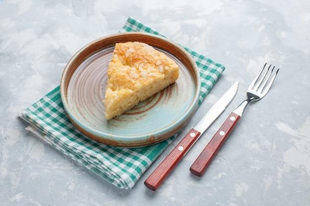 Vista frontal deliciosa torta de maçã cortada dentro do prato na mesa branca torta bolo doce assado Foto gratuita