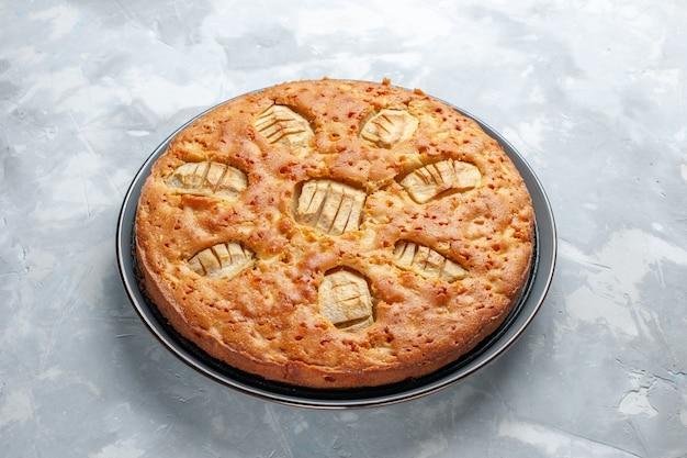 Vista frontal deliciosa torta de maçã doce assada dentro da panela na mesa branca torta bolo biscoito doce açúcar Foto gratuita