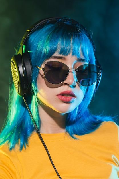 Vista frontal dj feminino com óculos de sol Foto gratuita