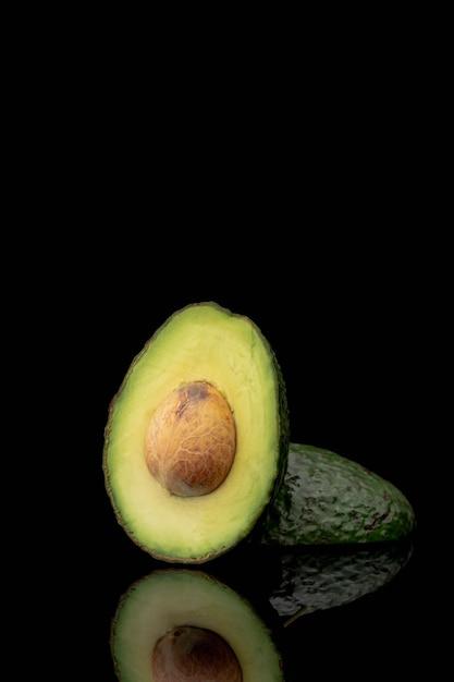 Vista frontal do abacate com espaço de poço e cópia Foto gratuita