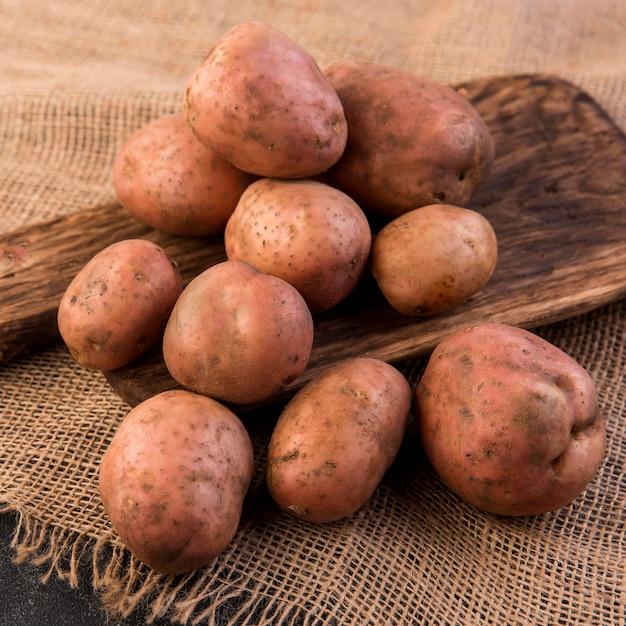 Vista frontal do arranjo da pilha de batatas Foto gratuita