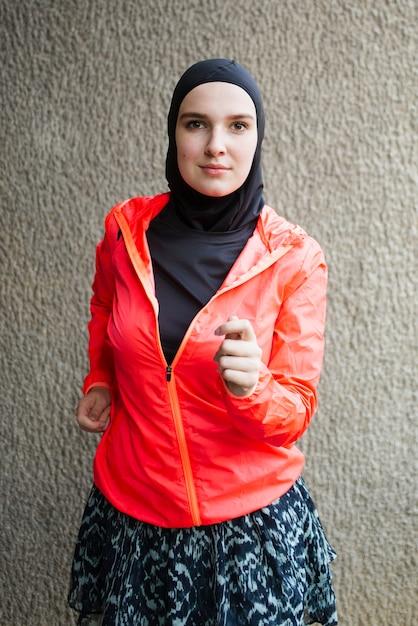 Vista frontal do atleta com jaqueta vermelha Foto gratuita