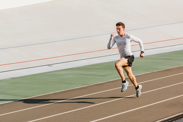 Vista frontal do atleta correndo com espaço de cópia Foto gratuita