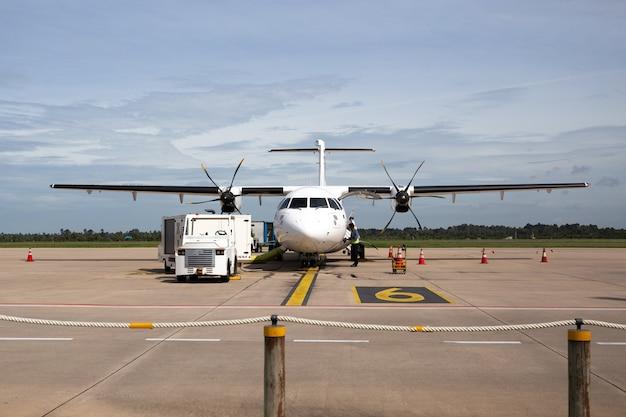 Vista frontal do avião com passageiros a bordo. Foto Premium