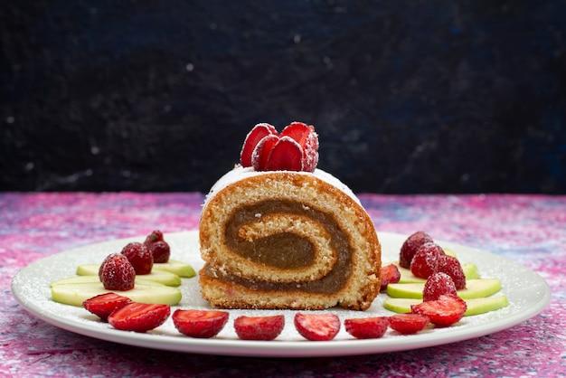 Vista frontal do bolo de chocolate com morangos e maçãs na mesa escura Foto gratuita