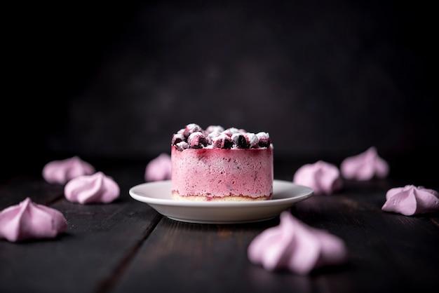 Vista frontal do bolo de frutas com merengues Foto gratuita
