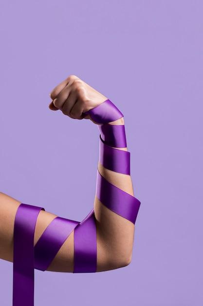Vista frontal do braço de flexão com fita Foto gratuita