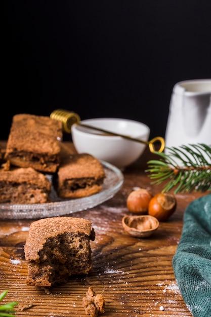 Vista frontal do brownie mordido Foto gratuita