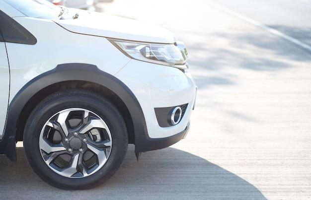 Vista frontal do carro no estacionamento Foto Premium