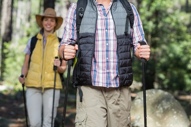 Vista frontal do casal caminhadas Foto Premium