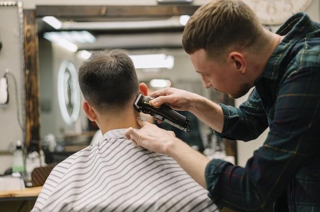Vista frontal do conceito de barbearia Foto gratuita