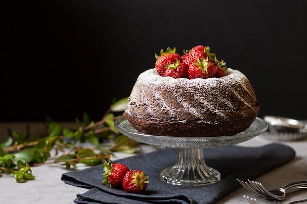 Vista frontal do conceito de bolo de chocolate Foto gratuita