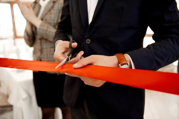 Vista frontal do corte da fita vermelha na inauguração do edifício Foto gratuita