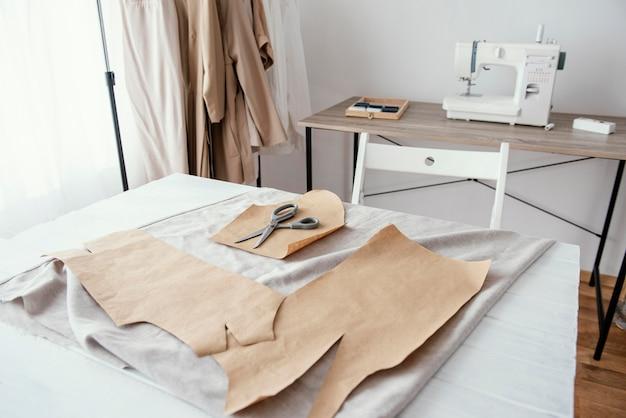 Vista frontal do estúdio de alfaiataria com máquina de costura Foto Premium