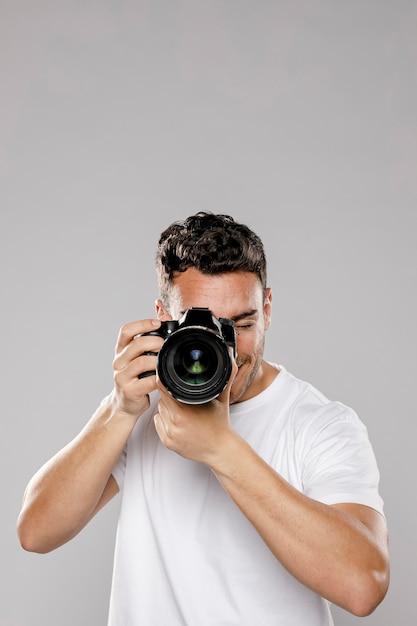 Vista frontal do fotógrafo masculino com espaço de cópia Foto gratuita