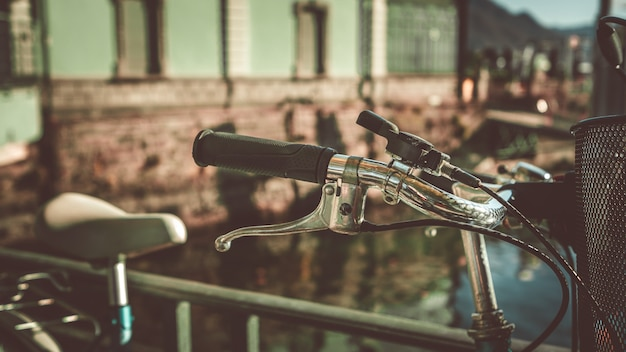 Vista frontal do guiador preto de bicicleta Foto Premium