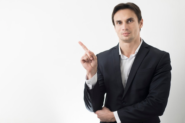 Vista frontal do homem apontando com espaço de cópia Foto gratuita