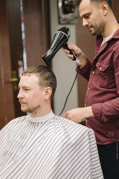 Vista frontal do homem com o cabelo seco Foto gratuita