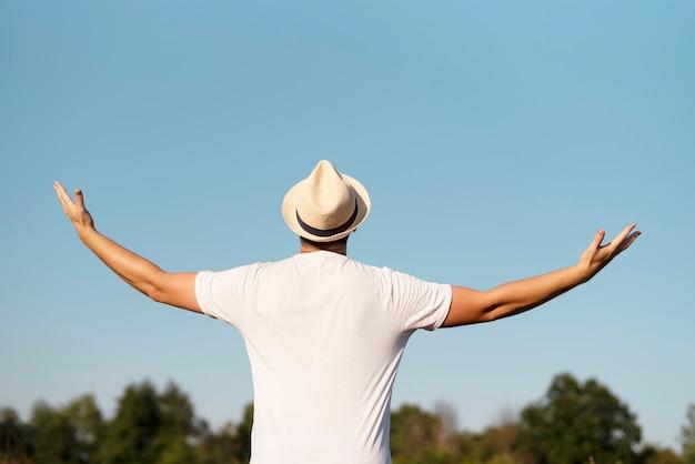 Vista frontal do homem com os braços no ar Foto gratuita