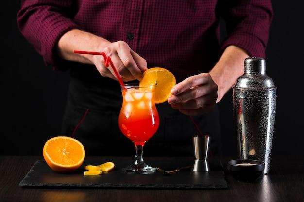 Vista frontal do homem fazendo um cocktail Foto gratuita