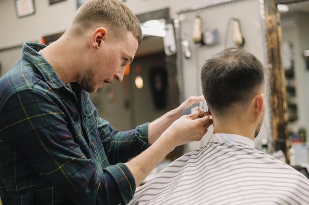 Vista frontal do homem na barbearia Foto gratuita