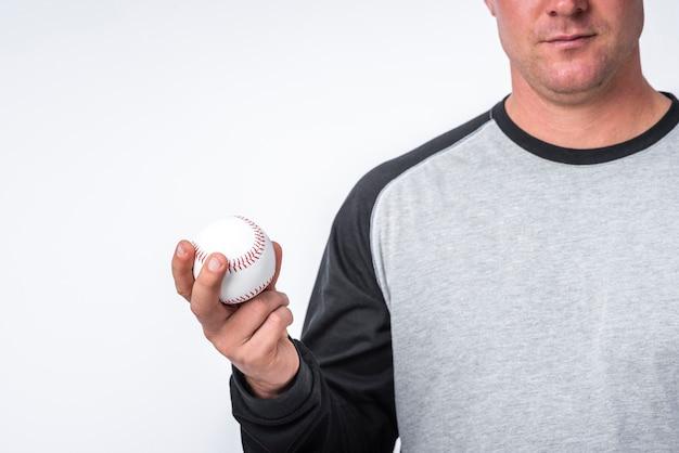 Vista frontal do homem segurando uma bola na mão Foto gratuita