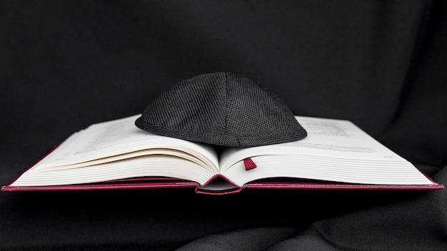 Vista frontal do livro sagrado com kipá Foto gratuita