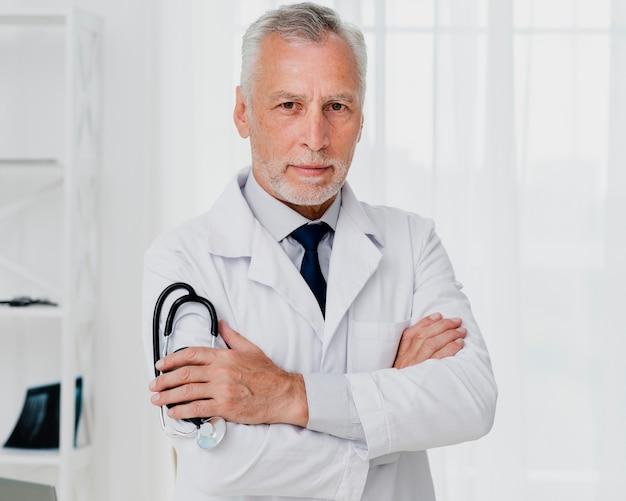 Vista frontal do médico segurando o estetoscópio Foto gratuita
