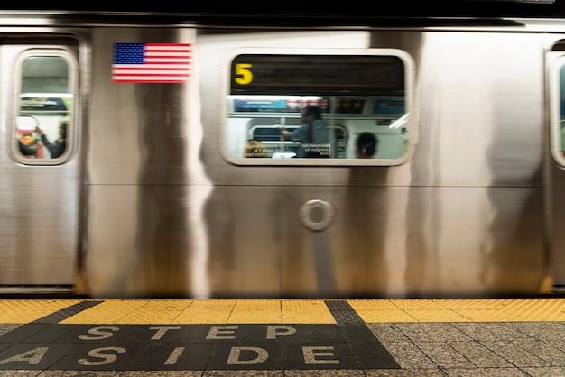 Vista frontal do metrô na estação Foto gratuita
