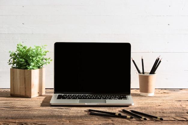 Vista frontal do notebook e xícara de café. conceito de inspiração e mock-up Foto gratuita