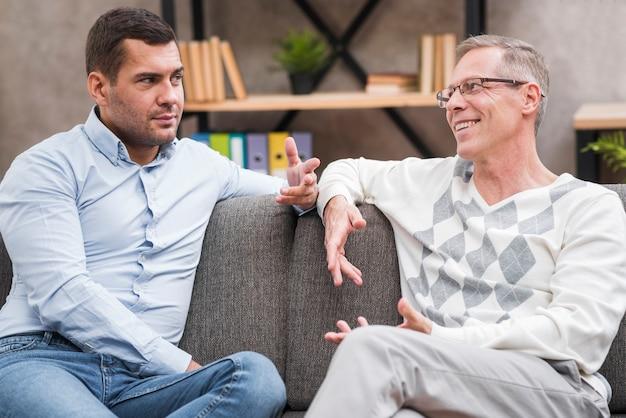 Vista frontal do pai e filho discutindo Foto gratuita
