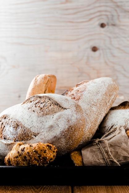 Vista frontal do pão e croissant em uma bandeja Foto gratuita