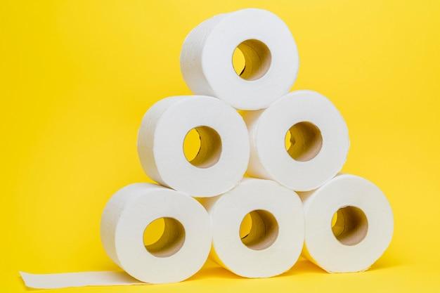 Vista frontal do papel higiênico empilhado Foto gratuita