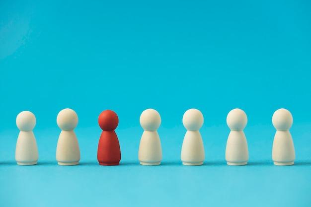 Vista frontal do peão vermelho cercado por brancos Foto Premium