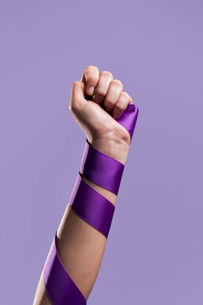 Vista frontal do punho de uma mulher com fita Foto gratuita