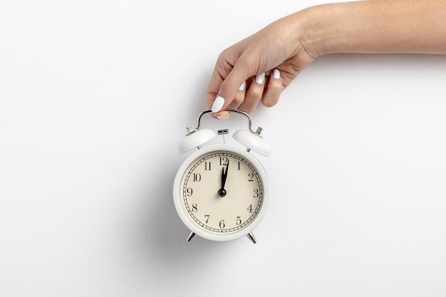 Vista frontal do relógio de mão com espaço de cópia Foto gratuita
