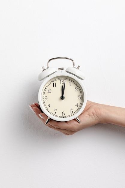 Vista frontal do relógio de mão Foto gratuita