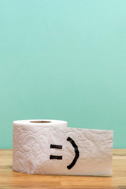 Vista frontal do rolo de papel higiênico com espaço de cópia e carinha Foto Premium
