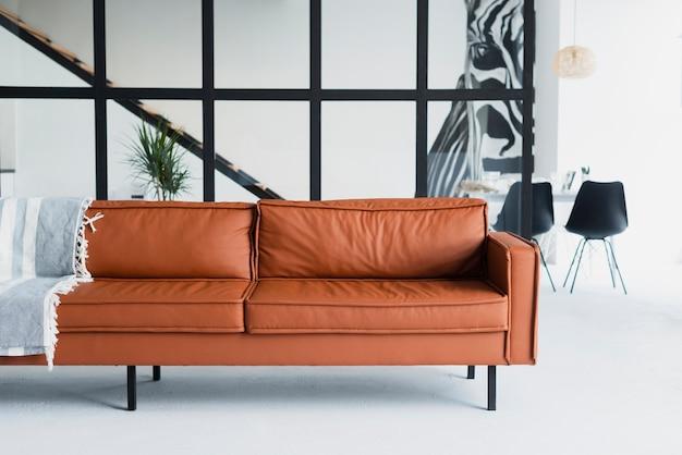 Vista frontal do sofá grande de couro marrom Foto gratuita