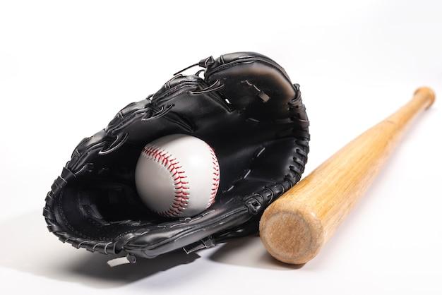 Vista frontal do taco de beisebol com luva e bola Foto gratuita