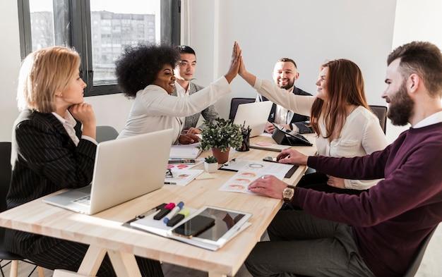 Vista frontal dos empresários no escritório Foto gratuita