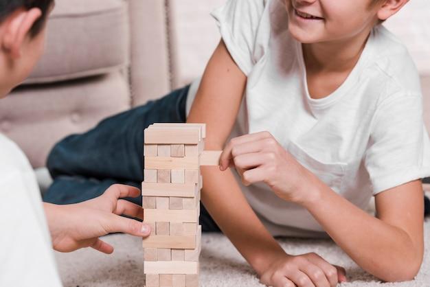 Vista frontal dos meninos jogando um jogo no chão Foto gratuita
