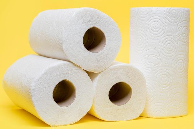 Vista frontal dos rolos de papel higiênico empilhados Foto gratuita