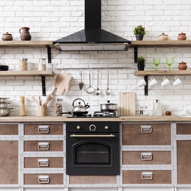 Vista frontal elegante moderna área de cozinha com ilha Foto gratuita