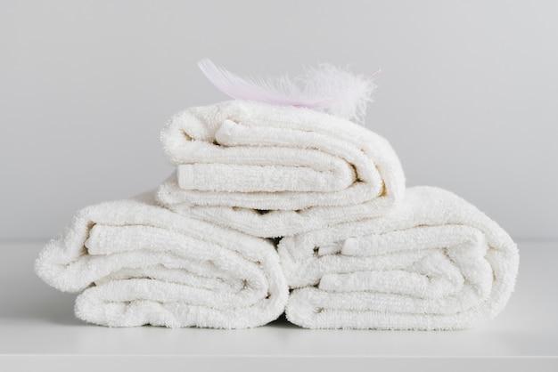 Vista frontal empilhados toalhas brancas Foto gratuita