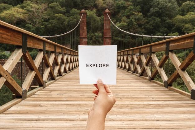 Vista frontal, explorar a mensagem na folha de papel Foto gratuita
