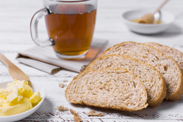 Vista frontal fatias de pão e xícara de chá Foto gratuita