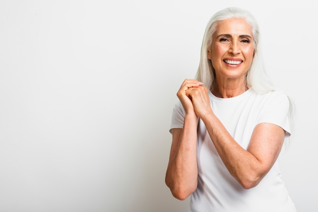 Vista frontal feliz mulher sênior Foto gratuita