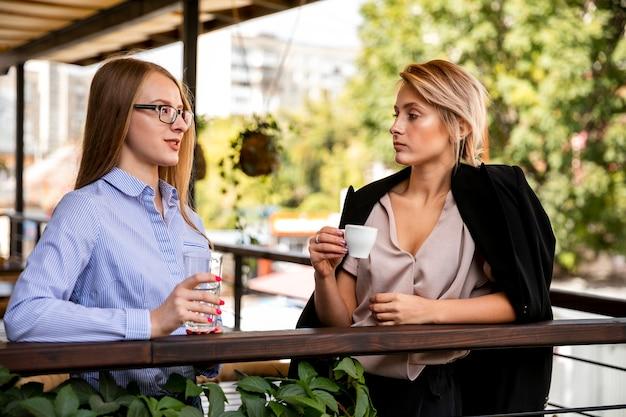 Vista frontal fêmeas no coffee-break Foto gratuita