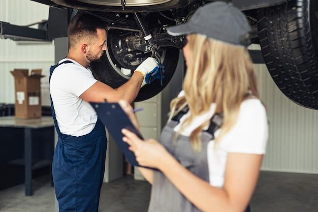 Vista frontal feminino e homem no serviço de trabalho Foto gratuita